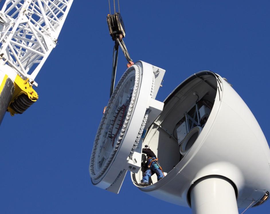 Repowering ist nicht erst mit dem Energieeinspeisegesetz für den wirtschaftlich wie nachhaltig denkenden Betreiber eine Notwendigkeit. Bestehende Windparks können gebündelt und Bestandsflächen teils erhalten werden. Digitale Technik, welche ein verbessertes Monitoring und eine feinere Steuerung zulässt wird damit oft auch verfügbar. (#1)