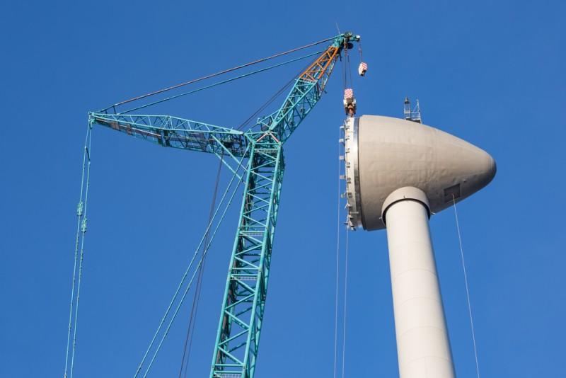 Beim Rückbau eines Windrades geht es anders herum als bei der Montage. Zunächst werden die Rotorenblätter demontiert, anschließend das Rotorengehäuse. (#1)