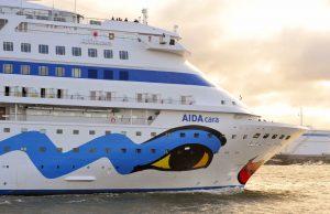 Hier steht die AIDA cara noch in ruhigen Gewässern. Doch welche Windstärke ist gefährlich für die AIDA cara? Im Video erkennt man, was alles an Bord geschah. (#3)